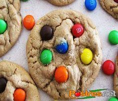 Deliciosas cookies de M&M´s que también podrás realizar con los clásicos lacasitos. Las galletas estarán tanto por el relleno como en la corteza dando mucho colorido a tus galletas. Con la receta original podrás obtener sobre 72 galletas por lo que puedes usarla para decorar una mesa dulce de alguna celebración. ¡Están riquísimas y seguro te encantarán!