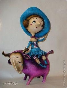 Автор этих кукол - талантливая мастерица Юлия (relapinka)      Муза и... поэт)) Парочка увесистая и довольно крупная )) Высота почти 42см, ширина 32см. Папье-маше, акрил.     Пенни опять балуется …