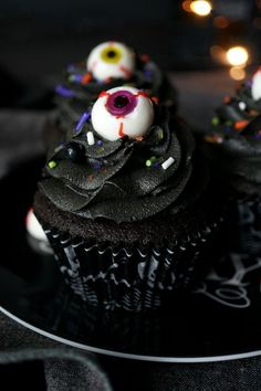 Halloween is just around the corner, and cupcakes make the perfect treat for a halloween themed party. Discover20 Spooky Halloween Cupcake Recipes. Halloween Desserts, Dulces Halloween, Halloween Torte, Pasteles Halloween, Halloween Cupcakes Easy, Soirée Halloween, Hallowen Food, Halloween Party Themes, Halloween Cookies