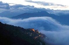 Titolo      Italia, Abruzzi  Navelli nell nebbia