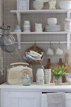 keittiön sisustus, maalaisromanttinen keittiö, vaalea koti, kielokimppu, kielo, kukkakimppu, romanttinen koti