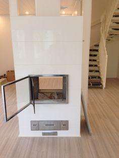 IsoPiippola -kodissa takka avautuu sekä olohuoneen että ruokailutilan puolelle
