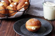 Vanilla Cream Doughnuts / Koblihy s vanilkovým krémem Pretzel Bites, I Foods, Hamburger, Muffins, Food And Drink, Menu, Yummy Food, Bread, Baking