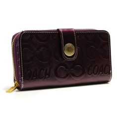 This capacious new wallet silhouette showcases the smooth hand of luxurious glove-tanned leather in a refined design.