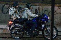 Caos en la capital: detalle de una jornada de arrestos, agresiones y manifestaciones en Caracas #4A . El policía? Esta feliz? Dispara?