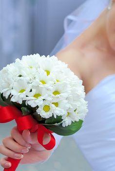 Schlichter Brautstrauß aus weißen Margeriten mit rotem Satinband