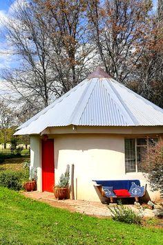 Ouma se Huis en Die Rooi Rondawel bied selfsorgverblyf in die Mpumalanga-hoëveld, 30 km vanaf Volksrust. Die plaas bied die geleentheid om die rus en vrede van die platteland en sy ryk voëllewe te ervaar, sonder die afleiding van stadsverkeer. Bring jou eie berg- of motorfiets en verken die plaas en omliggende areas. Daar is verskeie geskiedkundige landmerke in die area. Historical Landmarks, Cabins And Cottages, Country Charm, Open Plan Kitchen, Tiny Houses, The Locals, Rustic Decor, Countryside, South Africa