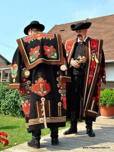 Traditional male folk costume: 'Szür', from Mezőkövesd, Hungary Folk Clothing, Historical Clothing, Traditional Fashion, Traditional Dresses, Costumes Around The World, Art Populaire, Hungarian Embroidery, Diy Embroidery, Ethnic Dress