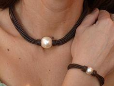 Conjunto de gargantilla y pulsera en perlas y cuero