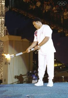 Muhammad Ali lights the Olympic Flame at the 1996 Summer Olympics in Atlanta, GA. What an emotional moment! Muhammad Ali, Centennial Olympic Park, Atlanta Olympics, Usa Olympics, Olympic Flame, Ali Quotes, Gabby Douglas, Sports Stars, Team Usa