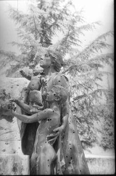 Estado en el que quedó el monumento al Doctor Rubio en el Parque del Oeste tras la guerra. Este monumento, que todavía conserva restos de impactos en la actualidad