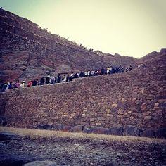 Parecem formiguinhas subindo a montanha!!!! Parque Arqueológico de Ollantaytambo. O povoado é o único construído na era inca que ainda é habitado. Está a 90 quilômetros de Cuzco a 2972 metros de altitude e tem 600 hectares.  http://ift.tt/1l92uvc  #dedmundoafora #mundoafora #travel #trip #tour #tur #turismo #travelblogger #travelblog #blogdeviagem #peru #machupicchu #visitperu #trippics #tripadvisor #dednoperu #maravilhadomundo #ollantaytambo #cuzco #parquearqueologico #incas