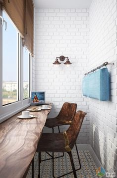 Заказчики всегда мечтали о барной стойке, но в кухне-гостиной для нее не нашлось место. Решение было найдено весьма нестандартное - дизайнерская барная стойка в стиле лофт расположилась на утепленном балконе. Здесь же разместились пара лофтовых стульев и молдинг с подушкой на стене за ними.