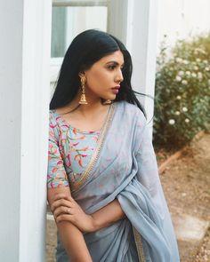 Saree Trendy Sarees, Stylish Sarees, Simple Sarees, Saree Designs Party Wear, Saree Blouse Designs, Indian Beauty Saree, Indian Sarees, Moda Indiana, Sarees For Girls