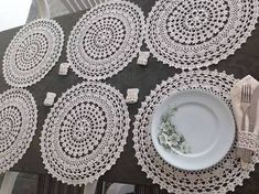 The crochet Sousplat is a piece that serves to complement the decoration of the dining table with sophistication, beauty and elegance. Thread Crochet, Crochet Doilies, Crochet Stitches, Crochet Flower Patterns, Crochet Flowers, Crochet Mandela, Crochet Sunflower, Crochet Backpack, Crochet Home