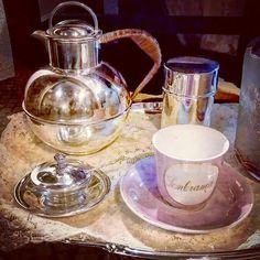 Bule de chá Manteigueira Caixa alta redonda  E Tabuleiro oval, tudo em casquinha inglesa.