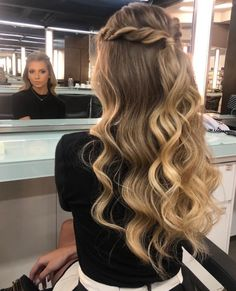 Quince Hairstyles, Cute Hairstyles For Medium Hair, Classy Hairstyles, Ball Hairstyles, Homecoming Hairstyles, Pretty Hairstyles, Medium Hair Styles, Long Hair Styles, Simple Prom Hair