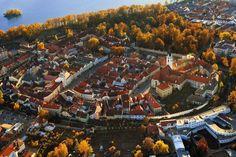 Esta localidad da nombre a la región de Třeboň, nueva Reserva de la Biosfera con más de 6.000 lagos, pequeñas islas, humedales, pantanos y turberas trufadas de fortalezas medievales y ciudades renacentistas. Turística y famosa por sus dos balnearios –Bertiny lázně y Aurora–, Třeboň cuenta con el tercer palacio más grande de su clase, tras los de Praga y Český Krumlov, y por su monumentalidad, de la que dan fe ejemplos como las puertas originales de entrada, el estanque Svět o su plaza…