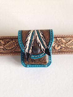 Porte briquet zippo en cuir repoussé, motif plumes et turquoise : Etuis, mini sacs par lakota-cuir