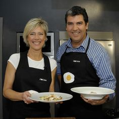 """La presentadora Concha Galán cocina con el chef Paco Roncero en """"Cena de gala""""."""