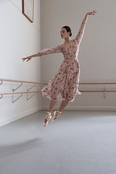 See all the Collection photos from Co Spring/Summer 2018 Ready-To-Wear now on British Vogue Ballet Inspired Fashion, Ballet Fashion, Fashion Fashion, Show Dance, Just Dance, Ballet Russe, Vogue, Ballet Photography, Ballet Beautiful