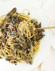 This garlic mushroom pasta makes an utterly delicious weeknight dinner and comes together in 15 minutes, this is a real last minute treat for spaghetti and mushroom lovers and guaranteed to please the entire family. Pasta Recipes, New Recipes, Cooking Recipes, Healthy Recipes, Garlic Mushrooms, Stuffed Mushrooms, Stuffed Peppers, Mushroom Pasta, Mushroom Recipes