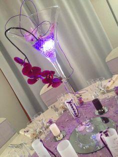 Miroir rond, vase martini, perles d'eau illuminées, branche d'orchidée de soie, bougies personnalisées, menus photophores laçage façon corset ... By Gaëlle Déco ( gaelledeco.free.fr )