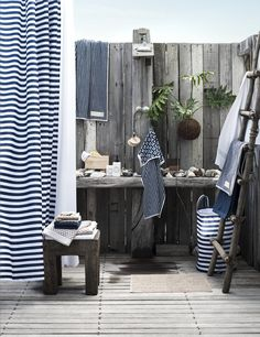 Woonkamer in landelijke stijl met meubelen en accessoires van o.a. ...