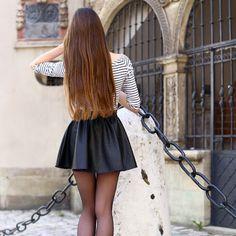 Kobiecy elegancki styl na różne okazje. Z czym nosić krótkie sukienki, spódniczki, czarne szpilki, czarne rajstopy, pończochy, długie kozaki? Kobiece seksowne stylizacje, inspiracje modowe. Młoda dziewczyna o naturalnej urodzie, długich włosach, sportowej sylwetce.