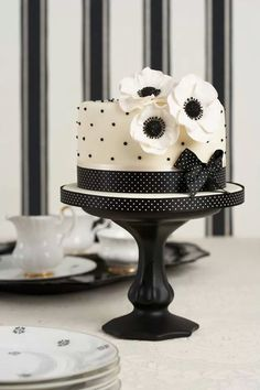 Black and white cake design. Gorgeous Cakes, Pretty Cakes, Cute Cakes, Amazing Cakes, Black White Cakes, Black And White Wedding Cake, Decors Pate A Sucre, Polka Dot Cakes, Polka Dots