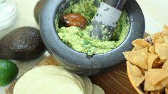 El chef mexicano prepara guacamole hecho en el momento, tal y como lo hacen en directo frente al comensal en su restaurante Punto Mx de Madrid.