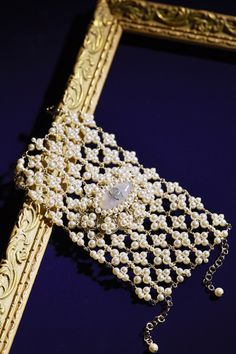 レディのたしなみとも言えるデコラティブなアクセたち。永遠の気高さを約束するパールや大人気のチョーカーまで、今、纏うべきアイテムを指南する。 Black Cream, Inspiring Things, Jewelry Collection, Fashion News