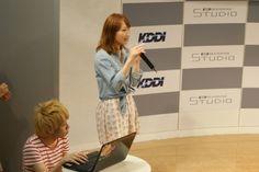 スマホアプリ「Lisa no Kagami」で学生起業した真田さんと浅田君がKDDI デザイニングスタジオで行われたイベントでプレゼンテーション