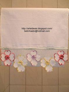 Flores coloriada no barrado do pano de copa R$ 36,90 Baby Knitting Patterns, Crochet Edging Patterns, Rag Quilt, Quilts, Curtains, Lace Painting, Crochet Slippers, Crochet Ornaments, Crochet Potholders