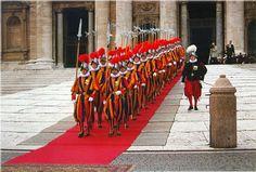 guardias de rojo y amarillo en edimburgo -   En Stirling, el 10-año- edad, James tenía una guardia de 20 hombres de a pie vestidos con sus colores, rojo y amarillo.