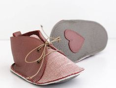 Baby shoes are handmade in antique pink genuine leather, so soft, combined with linen printed fabric. Sole, in grey, is also genuine leather, a little thicker. I make your baby shoes on request, so I need 7 to 10 days to get them ready and send them. Although the shape of the left and