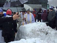 Quedaron atrapados por tormenta Jonas, hicieron altar de nieve y celebraron Misa