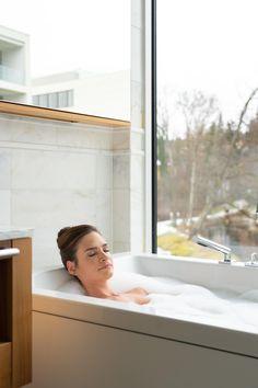 Bettina Schroll – Spa Managerin im Falkensteiner Hotel Bad Leonfelden zeigt euch heute, wie ihr euch das perfekte Spa Feeling in die eigenen vier Wände holt – ohne Stress und vielen Zutaten 👇 Spa, Relax, Stress, Bathtub, Wellness, Feelings, Bath Tube, Bathing, Standing Bath