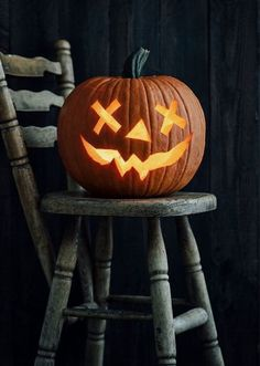 Home Halloween tip: Even if you buy your pumpkin early, it's best to hold off on carving it until a few days before you want to display it. Scary Pumpkin Carving, Halloween Pumpkin Carving Stencils, Halloween Pumpkin Designs, Halloween Pumpkins, Halloween Decorations, Simple Pumpkin Carving Ideas, Pumpkin Ideas, Carving Pumpkins, Pumpkin Carving Patterns