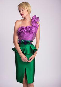 Top lila con falda tubo verde
