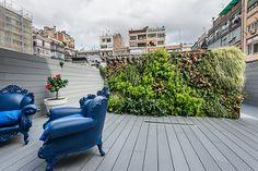 Terraza con jardín vertical | Proyecto de reforma Bruc | Standal #reformaintegral #reformas #Barcelona #Eixample #Standal #decoración #interiorismo #terrazas #jardín #exteriores #sillones