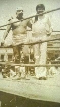 """Como referee de lucha libre en los eventos parateatrales de la Muestra Nacional de Teatro celebrada en la ciudad de Morelia, Michoacán (1986). Una experiencia inolvidable donde comprobé la verdad de la ficción. Aquí, abrazando al """"Demonio Rojo"""" (rudo)."""