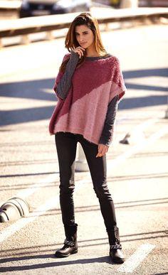 Zweifarbiger Strick-Poncho in one-size – kostenlose Strickanleitung - Poncho Stricken Poncho Knitting Patterns, Knitted Poncho, Knitting Designs, Free Knitting, Baby Knitting, Knitted Bags, Sweaters Knitted, Knitted Animals, Knitted Blankets