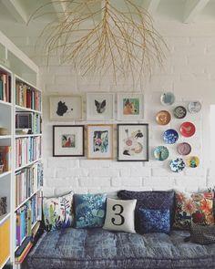 Sit down and look at pretty books, or take a short nap like Manolo does 📚Para sentarse a ver libros lindos o para tomarse una siestecita como le hace Manolo