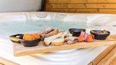 Bij de mastervilla is het buiten ook goed toeven, bij de villa hoort een gemeubileerd tuinterras met buitenhaard en luxe buitenwellness met een jacuzzi, een sauna en een buitendouche. Ook is er een luxe overdekte buitenkeuken met een eethoek. Bij de villa zijn twee privé parkeerplaatsen. En uiteraard is er gratis wifi. Bath Caddy, Jacuzzi, Resorts, Lush, Vacation Resorts, Beach Resorts, Vacation Places, Whirlpool Bathtub