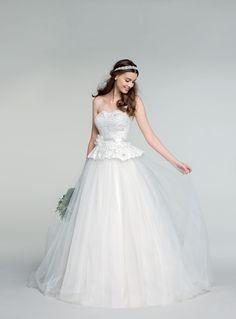 "Un ""Oui"" de princesse avec la robe Lyvana à partir de 399€ !  #dress  #woman #femme #shoot #shooting #model #mode #fashion #tati #inspiration #mariage #wedding"