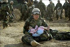 So sad.. and jet so beautiful and touching. SIVILE TAP: En amerikansk soldat holder en irakisk barn i armene i de sentrale delene av Irak i slutten av mars 2003, noen uker etter at Irak-krigen startet. Foto: REUTERS/Damir Sagolj/NTB scanpix