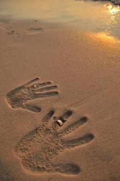 Kumsala basılmış el izlerine yüzük ile düğün dış mekan çekim örneği | Kadınca Fikir - Kadınca Fikir