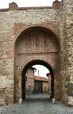 Olmedo, la Villa de los siete sietes.  Siete iglesias y siete conventos, siete plazas y siete fuentes, siete entradas a través de sus siete arcos y siete pueblos dentro de su alfoz con siete casas de realengo.