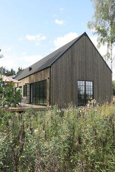 Fachada de madeira com cara de cinza + janelas rachadas (? Modern Barn, Modern Farmhouse, Rustic Modern, Contemporary Barn, Wooden Facade, Wooden Houses, Scandinavian Home, Maine House, House In The Woods